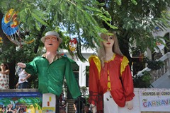 09 Giant puppets at house entrance