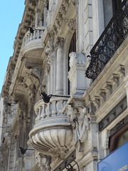 29 Ornate bldg with balcony on Avenida 18 de Julio