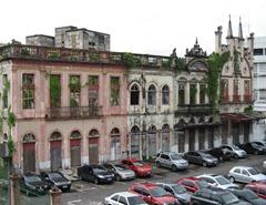 93 Overgrown bldg facades near port