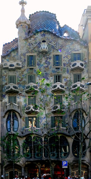 273a. Barcelona_Casa Battlo panorama_ShiftN